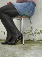 Escarpins noir avec dessin dore avec jupe en jeans13 [800x600]