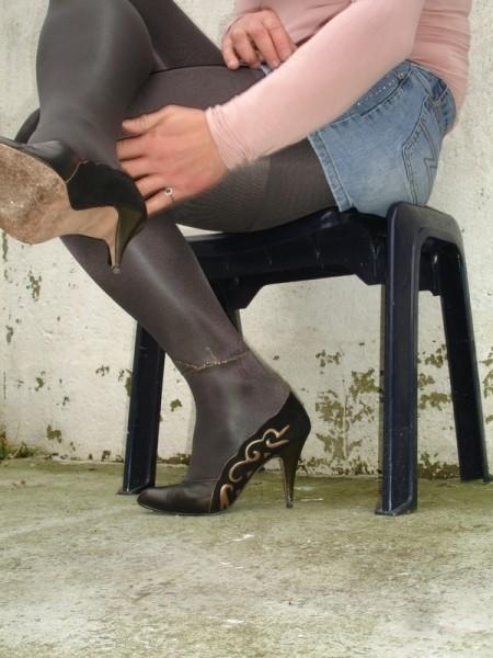 Escarpins noir avec dessin dore avec jupe en jeans7 [800x600]