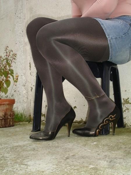 Escarpins noir avec dessin dore avec jupe en jeans9 [800x600]