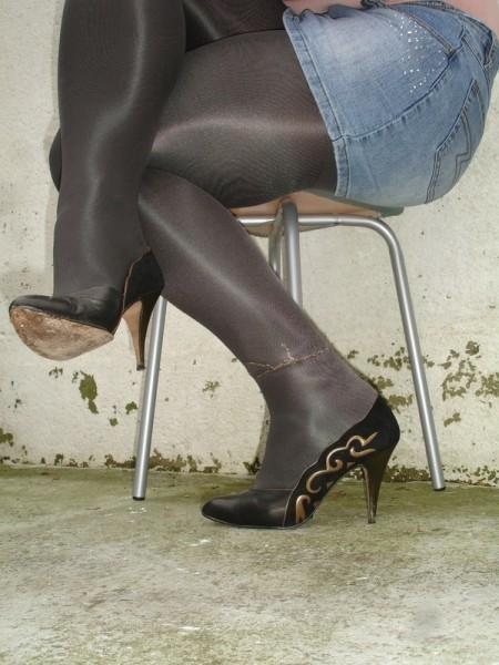 Escarpins noir avec dessin dore avec jupe en jeans16 [800x600]