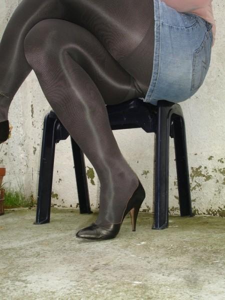 Escarpins noir avec dessin dore avec jupe en jeans10 [800x600]