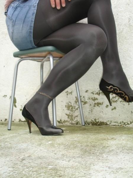 Escarpins noir avec dessin dore avec jupe en jeans19 [800x600]