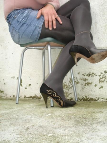 Escarpins noir avec dessin dore avec jupe en jeans21 [800x600]