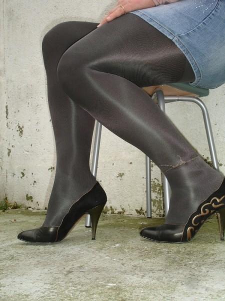 Escarpins noir avec dessin dore avec jupe en jeans14 [800x600]