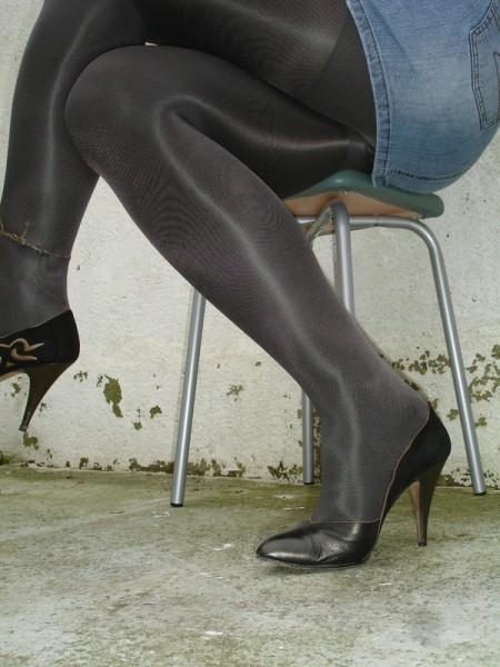 Escarpins noir avec dessin dore avec jupe en jeans15 [800x600]