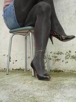 Escarpins noir avec dessin dore avec jupe en jeans20 [800x600]