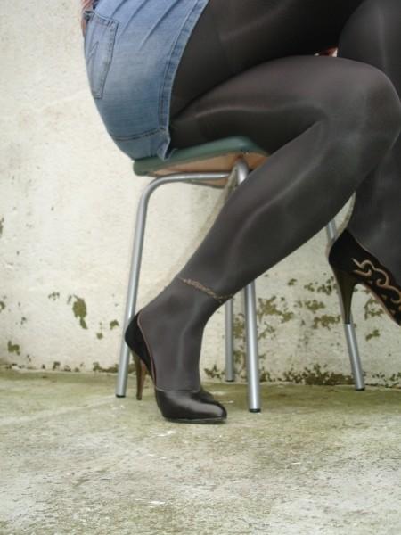 Escarpins noir avec dessin dore avec jupe en jeans17 [800x600]