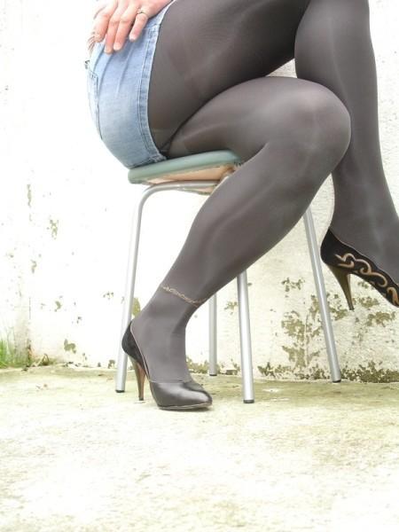 Escarpins noir avec dessin dore avec jupe en jeans18 [800x600]