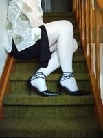 escarpins noir avec tirette derriere collant blanc  robe noir et chemise transparente 44