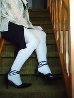 escarpins noir avec tirette derriere collant blanc  robe noir et chemise transparente 45