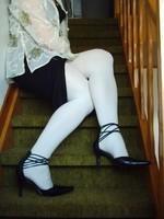escarpins noir avec tirette derriere collant blanc  robe noir et chemise transparente