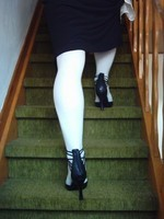 escarpins noir avec tirette derriere collant blanc  robe noir et chemise transparente 53