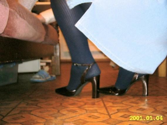 chausures laques maron fonce avec collant noir et robe ne jeans 5 [800x600]