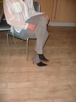 Mules noir daim 3 suisses 8cm avec minijupe jeans 1