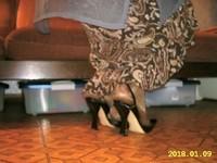 escarpin noir avec bride et jupe a fleur avec collant marron brillant 3