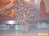 escarpins noir avec bride et collant marron brillant avec jupe marron a fleur 1