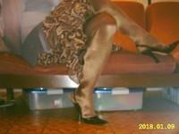 escarpins noir avec bride et collant marron brillant avec jupe marron a fleur 2