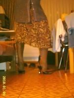 escarpins noir avec bride et collant marron brillant avec jupe marron a fleur 5