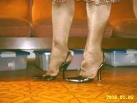 escarpins noir avec bride et collant marron brillant  2