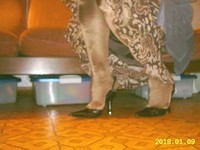 escarpins noir avec bride et collant marron brillant