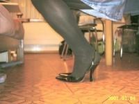 escarpin noir ouvert derriere avec robe a fleur tissu en soi et collant noir 1