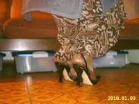 escarpins noir avec bride et collant marron brillant avec jupe marron a fleur