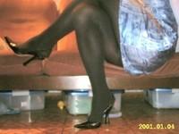 escarpin noir ouvert derriere avec robe a fleur tissu en soi et collant noir 3