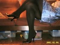 escarpin noir ouvert derriere avec robe a fleur tissu en soi et collant noir 8