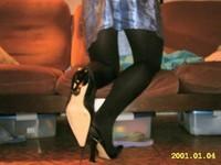 escarpin noir ouvert derriere avec robe a fleur tissu en soi et collant noir 10