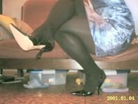 escarpin noir ouvert derriere avec robe a fleur tissu en soi et collant noir