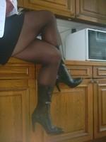 bottes noir 11cm jupe noir porte feuille et blouse rouge a fleur