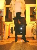 bottes noir 11cm jupe noir avec blouse blanche a fleurs 4