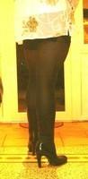bottes noir 11cm jupe noir avec blouse blanche a fleurs3