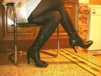 bottes noir 11cm juppette bleu ciel avec blouse blanche a fleurs 8