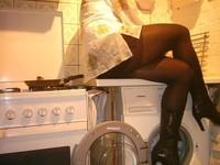 bottes noir 11cm jupe noir avec blouse blanche a fleurs 2