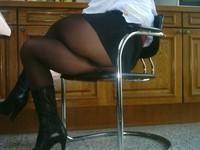bottes noir 11cm jupe noir porte feuille et blouse rouge a fleur 6