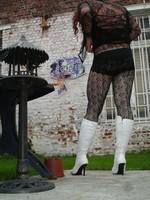 Botte blanche avec lacets derriere chemise transparente et robe noir39