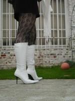Botte blanche avec lacets derriere chemise transparente et robe noir25
