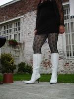Botte blanche avec lacets derriere chemise transparente et robe noir7