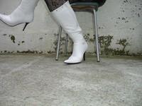 Botte blanche avec lacets derriere jupe en cuir