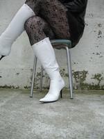 Botte blanche avec lacets derriere jupe en cuir1