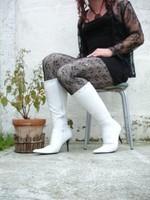 Botte blanche avec lacets derriere chemise transparente et robe noir16