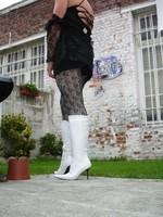 Botte blanche avec lacets derriere chemise transparente et robe noir8