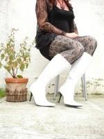 Botte blanche avec lacets derriere chemise transparente et robe noir21