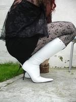 Botte blanche avec lacets derriere chemise transparente et robe noir19