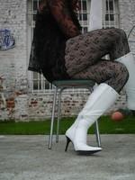 Botte blanche avec lacets derriere chemise transparente et robe noir30