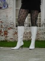 Botte blanche avec lacets derriere chemise transparente et robe noir24
