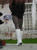 Botte blanche avec lacets derriere chemise transparente et robe noir37