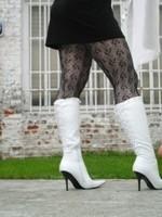 Botte blanche avec lacets derriere chemise transparente et robe noir27