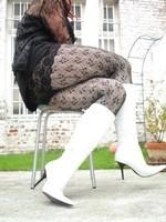 Botte blanche avec lacets derriere chemise transparente et robe noir32